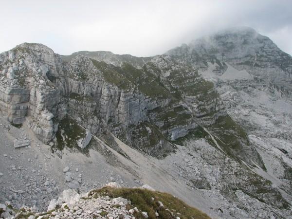 Greben Vršaca z obema vrhovoma; zadaj Travnik, desno Plaski Vogel.