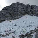 Pod vrhom Male Mojstrovke. Snega je ponekod nad 5 cm. Na skalah vršne glave je požled.