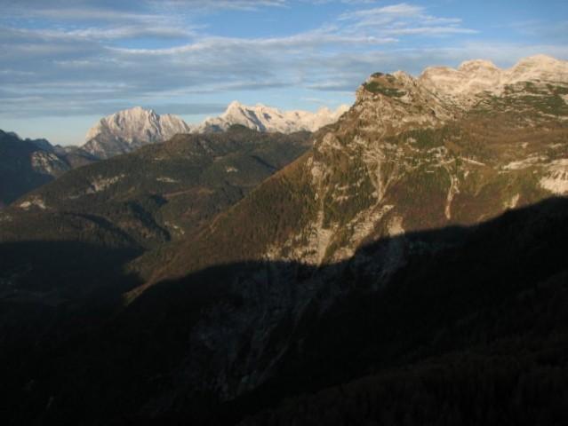 Sence lezejo čez Vrsnik in proti Travnikovi dolini.