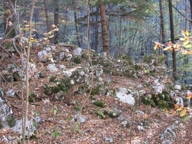 Prve (spodnje) ruševine so ponekod take. Jih opazite?