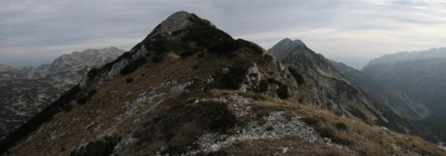 S predvrha proti jugu: levo Lanževica, v sredini vrh Kaludra, desno spredaj Črna prst (ne