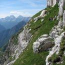 Nad kratkim kaminom naju pričaka  zelena greda. Vabi k počitku in obljublja lahek sprehod