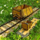 Vagon za prevoz rude z lesenim zabojnikom (velik) in starejši ročni vagonček za prevoz rud