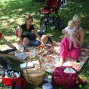 sončica, tana.k in silvia z malčki na mini pikniku