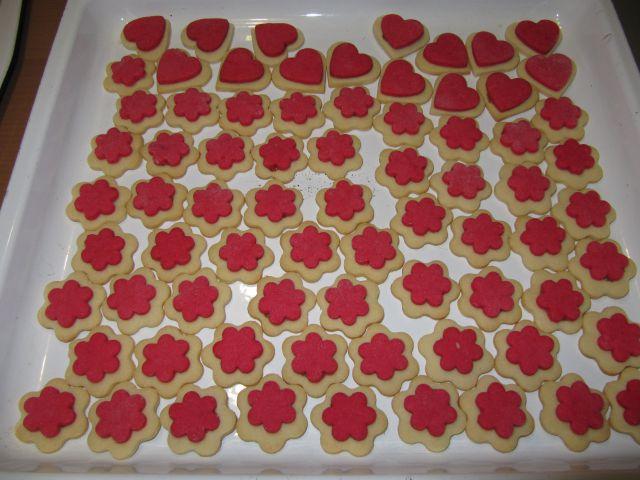 Rdeče beli preprosti piškoti