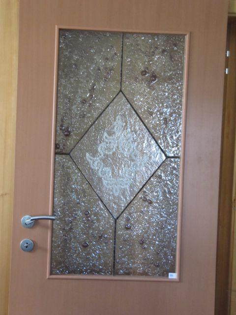 čipka ujeta v steklo v vratih