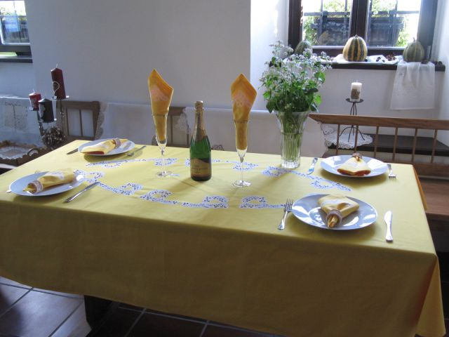 Rumeno pogrnjena miza