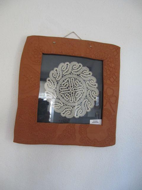 čipka objeta v okvir iz gline