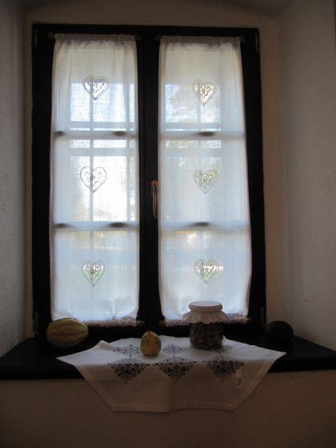 Zavese za Petrovčovo hišo so naredile članice same