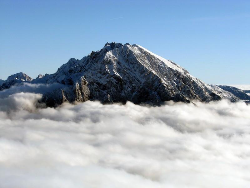 Vrh štrli iz oblakov.