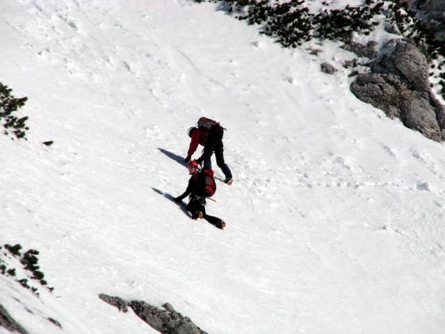 Alpinista, ki sta priplezala po Domžalski grapi in prečita proti Bosovi.