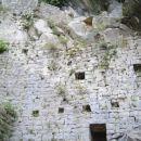 pol smo pa šli v jamo ki je fuul visoko tole je zid...v jami je pa cerkvica