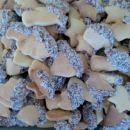 navadni piškoti pomočeni v čokolado in kokos