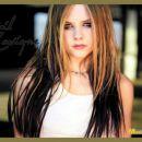 Avril Lavigne z blond-črnimi lasmi