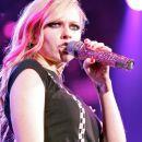 Avril z mikrofonom