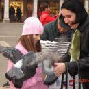 Jaz in mama hraniva golobe