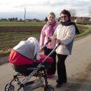na sprehodu z mamico in babico