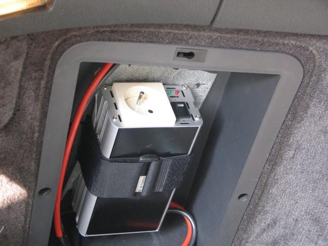 Inverter pobliže... vidijo se tudi 10mm2 kabli ki skrbijo za to da mu ne zmanka elektrike.