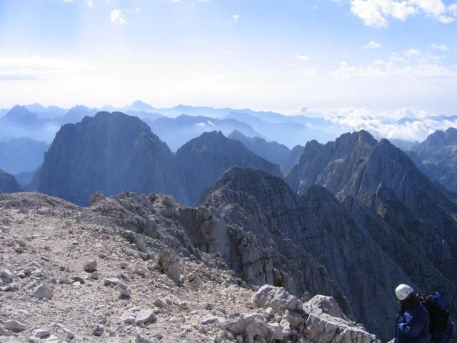 Vis in greben Spikov. Na obzorju Vzhodni Julijci