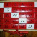 praznični koledar za Simona; škatlice, akril, zadaj čez celo servietka, ko obrača, se sest