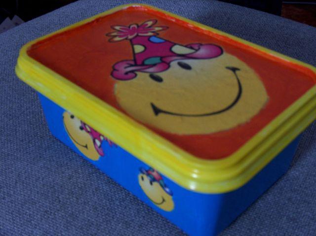 pobarvana škatla od sladoleda, servetek