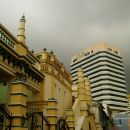 V ospredju mošeja (spet) v ozadju pa Sim Lim Tower, meka za zasvojence z elektroniko. Od s