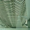 Nosilci Sky bridge-a. Na stiku stebrov je krogla premera okol 2m, ki služi kot gibljiv zgl