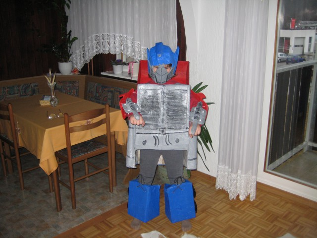 Optimus Prime robot, ki se transformira v avto