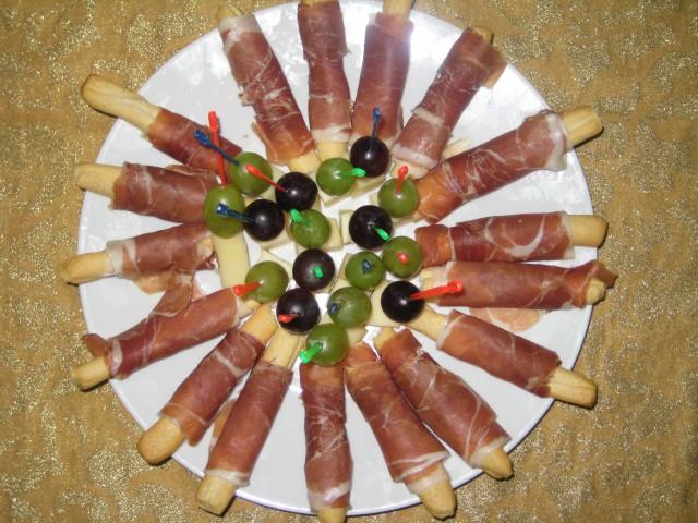 Palčke s pršutom ter sir z grozdjem