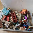 Zelo velika škatla polna tirov in različnih igrač od zbirke Vlak Tomaž