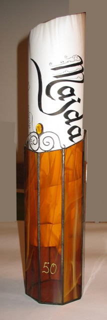 Voščilo v pokončnem tulcu iz barvnih stekel, vitraž