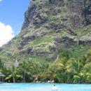 Kopanje v bazenu pod ogromno goro, obdano s palmami in peščenimi plažami....mmmm...