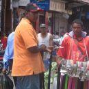 Glavno mesto Port Luis polno prodajalcev vsega možnega....