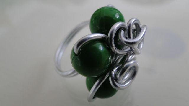 Prstan iz debelejše žice in perlic - foto