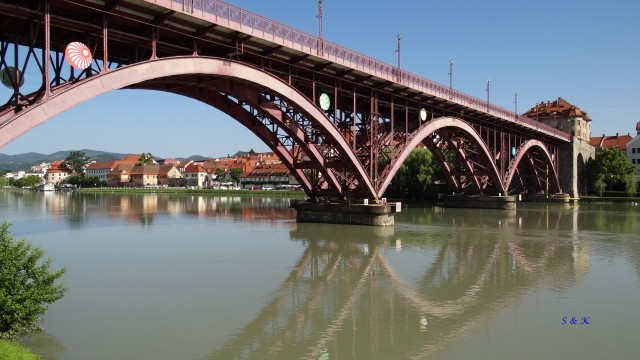 Maribor, stari most od spodaj,