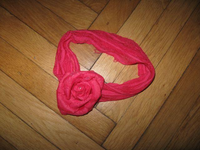 Roza trak z rožico za lase, 1,5€