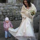 Kajči je fuuul resno vzela svoje opravilo in lepo skrbela za nevestino oblekco