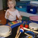 mala muzičarka Kaja, ko si zmišlja svoje pesmice