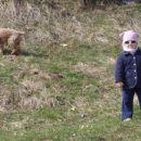 mala frajerka na travniku pred našim domekom