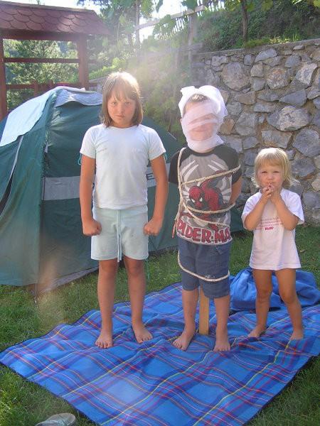 Sebi je prespal celo noč v šotoru in smo ga slovesno sprejeli med tabornike...