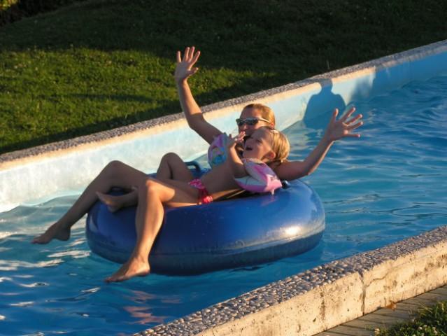 To je bolj za naju...počasna reka okoli otroških bazenčkov