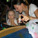 zvečer je Kajči častila sladoled v Piranu na punti  - Klavdija, Tomaž, Primož, babi, dedi