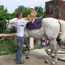 seveda je tudi Kajči malo sedla na konjička... naš inštruktor Marjan