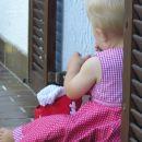 Kajči uživa, ko brska po maminem kiču:)