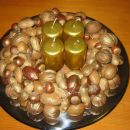 Venček iz raznih oreškov. Ima malo premajhen obod, zato skoraj ni videti, da je venček.