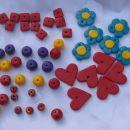 Sestavni deli za obeske: kroglice sta hčerki popolnoma sami naredili, pri rožicah in srčki