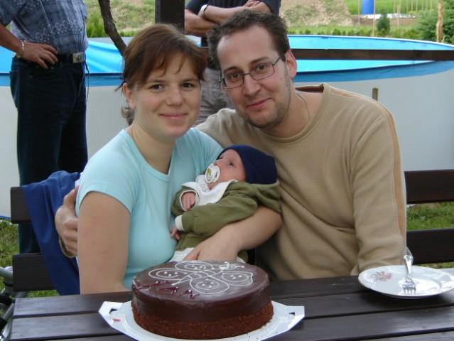 Prva tortica - prvi mesec, in naša družinica  :)