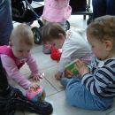 Sara, Teja in Žan se imajo najlepše kar na tleh ;)