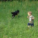 Z Bibo divjava in se loviva po travniku