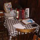 desna miza, obe harmoniki ter markova folkarca+papirologija